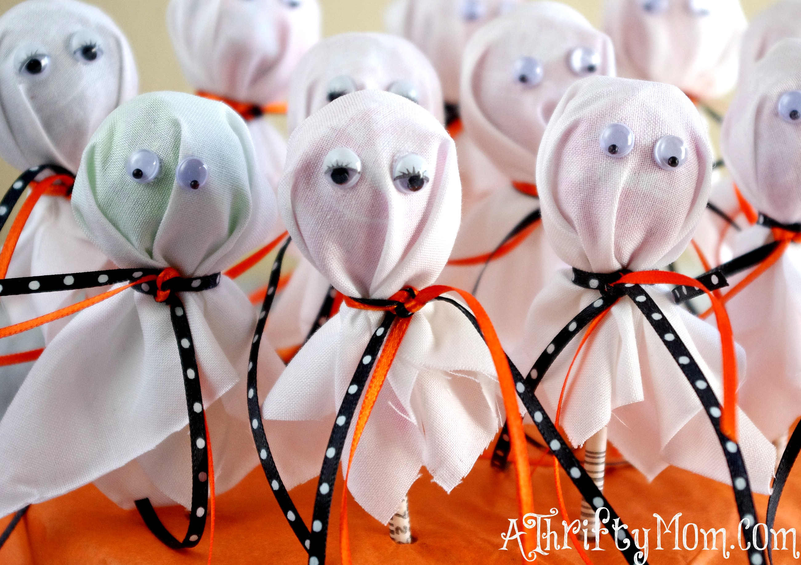 Diy projects for kids diy lollipop spiders diy lollipop for Easy halloween decorations to make at home for kids